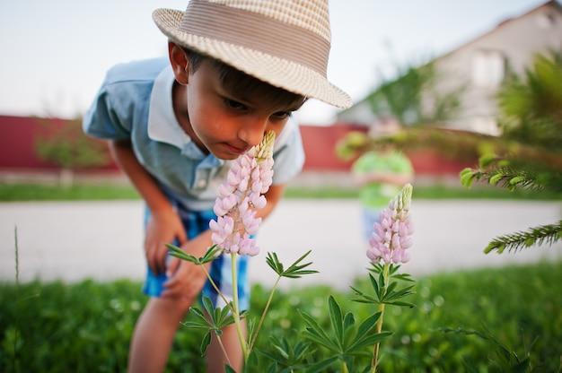 花を嗅ぐ二人の兄弟、小さな自然研究者。
