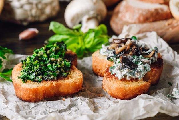 Две брускетты с зеленью и грибным соусом. итальянская закуска.