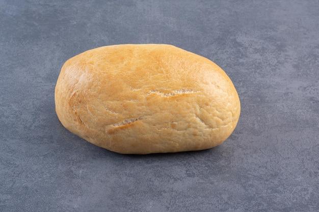 대리석 배경에 두 개의 빵이 표시됩니다. 고품질 사진