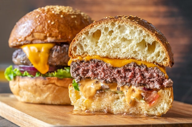 木の板の2つのハンバーガーがクローズアップ