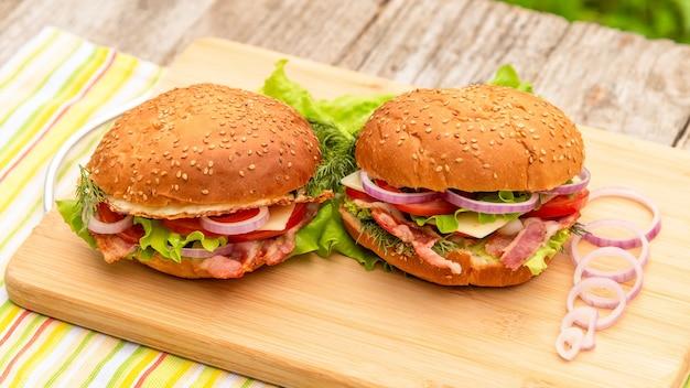 新鮮な食材を使ったハンバーガー2つ。
