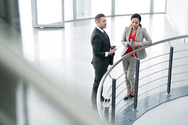 Две коллеги по бизнесу разговаривают на балконе