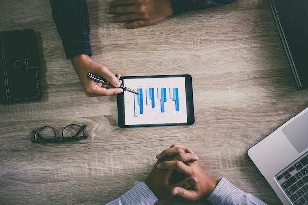 新しいプランマーケティングの2つのビジネスエグゼクティブ会議プレゼンテーションレポート
