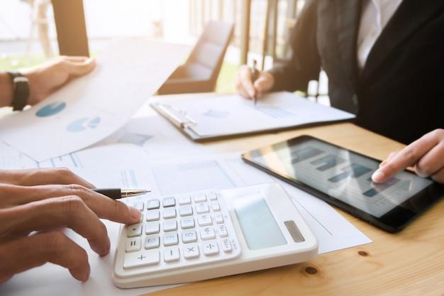 현대 사무실에서 주식 시장의 데이터 문서를 논의하는 두 사업 임원