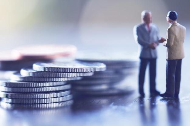 두 사업가, 절약, 투자 및 금융 개념.