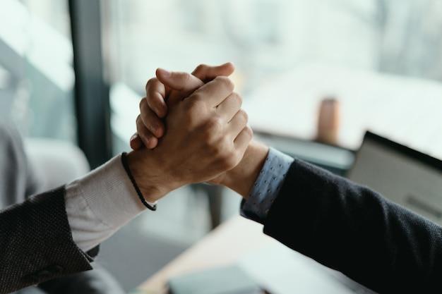 Двое деловых людей празднуют сделку