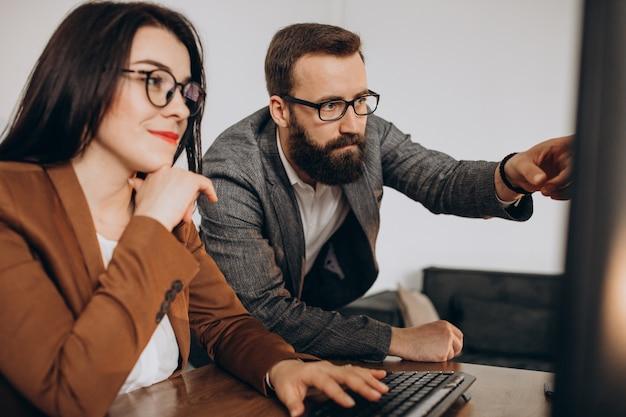 컴퓨터에 사무실에서 함께 일하는 두 비즈니스 파트너