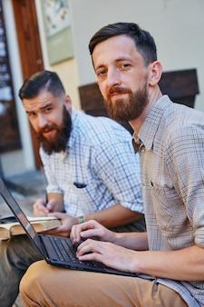 Два деловых человека работают по контракту