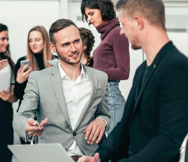 Два деловых человека обсуждают варианты решения нового проекта