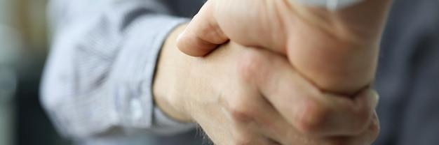 Два деловых человека рукопожатие как символ будущих перспектив