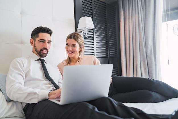 노트북에 협력 두 비즈니스 사람입니다.