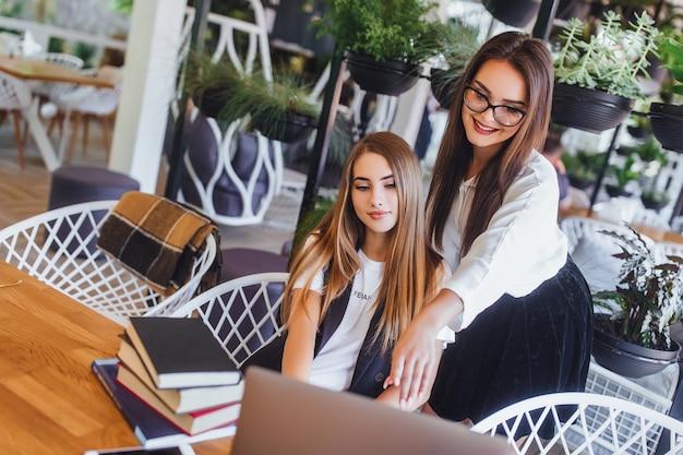 ノートパソコンとオフィスで働く2つのビジネス女性。