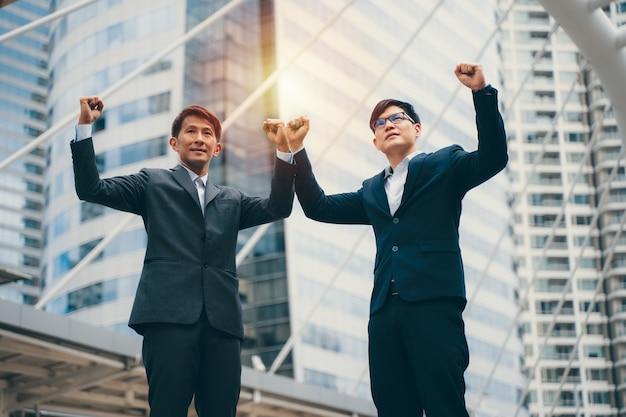 目標を達成する2人のビジネスマン