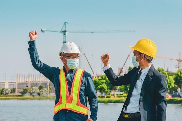 Два бизнесмена успех открытый строительной площадки фон