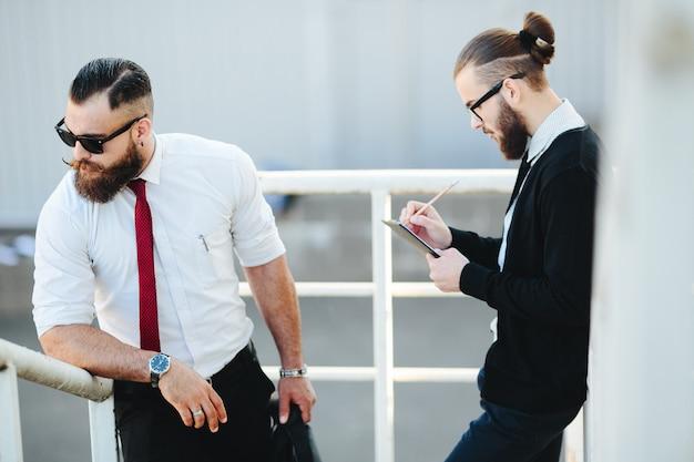 Due uomini d'affari al lavoro