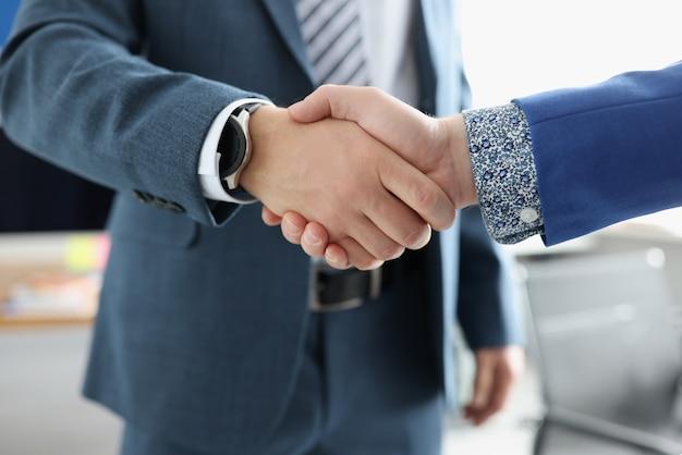 두 사업가 친절하게 악수하고 있습니다. 시스템 비즈니스 관리 개념