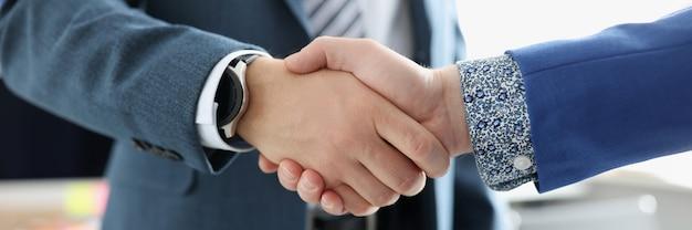 두 사업가 손 친화적 인 시스템 비즈니스 관리 개념을 떨고있다