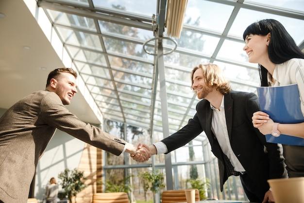 Два бизнесмена пожимают друг другу руки