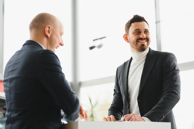 Два предпринимателя подписывают договор о сотрудничестве. успешная бизнес-концепция