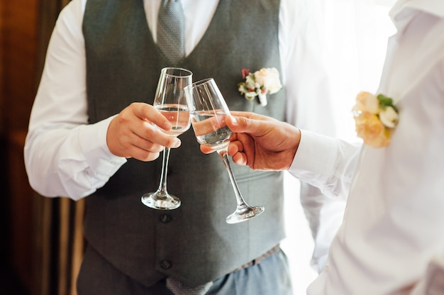 Два бизнесмена тостов с шампанским