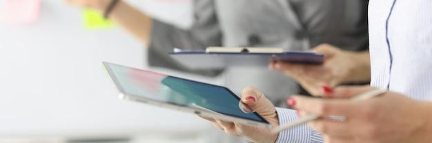 두 사업가 클립 보드 및 태블릿 계획 사업 개념을 잡고있다
