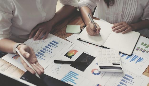 두 경제인이 함께 회사를 성장시키는 방법을 브레인스토밍하고 계획에 따라 회사의 재정을 통제할 계획을 세웁니다. 금융 개념입니다.