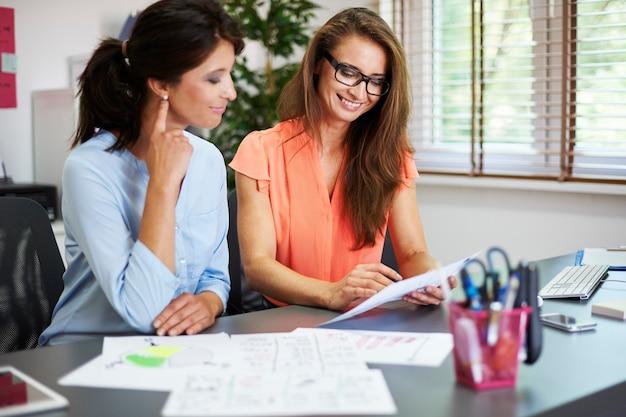 Due donne di affari nel loro ufficio