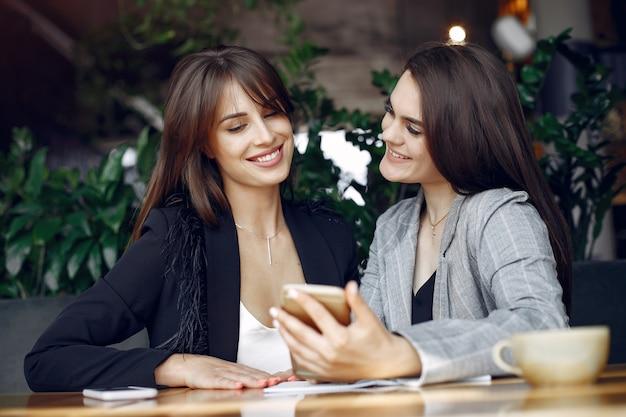 Две девушки работают в кафе Бесплатные Фотографии