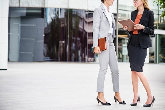 Две женщины, работающие вместе