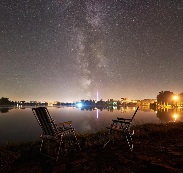 밤에 두 캠핑 의자