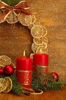 Две свечи и рождественские украшения, на золотом фоне
