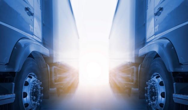 트럭 물류 및 화물 운송 개념으로 햇빛 도로 화물을 주차하는 두 대의 화물 트럭