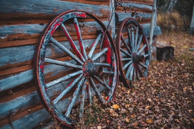 Два каретных колеса у стены