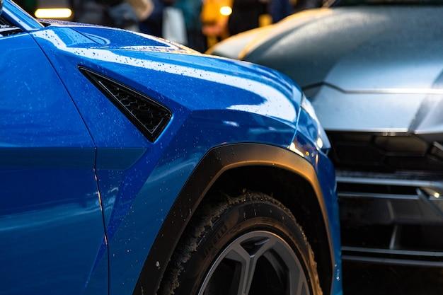 파란색과 회색 두 대의 주차 공간을 차지하려는 도시의 주차 문제 빡빡하게 주차