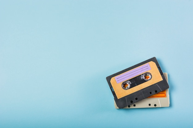 青色の背景に2つのカセットテープ