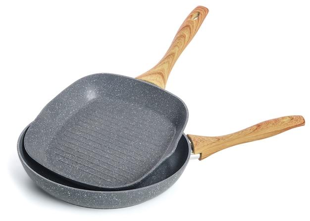 Две чугунные сковороды с деревянной ручкой без изолированной крышки