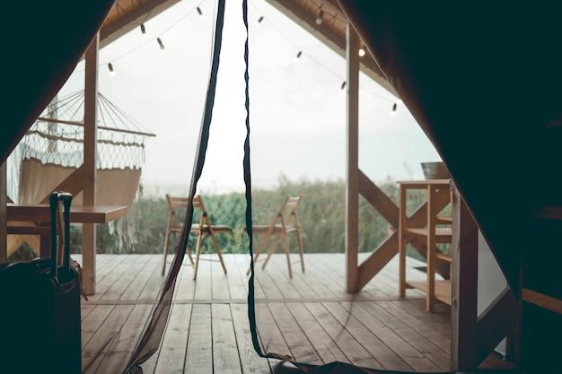 테라스에 있는 두 개의 의자. 럭셔리 텐트. 자연 경관