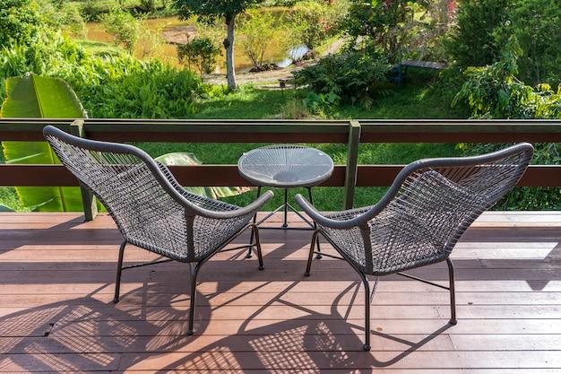 マレーシアのボルネオ島の美しい景色を望むトロピカルガーデンの裏庭にある2つの椅子とテーブルをクローズアップ