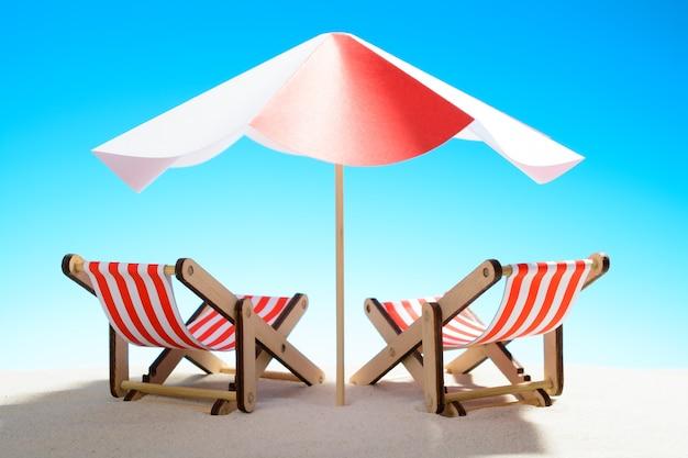 모래 해변, 하늘 복사 공간에 우산 아래 두 긴의 자