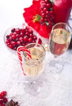 Два бокала для шампанского с клюквой