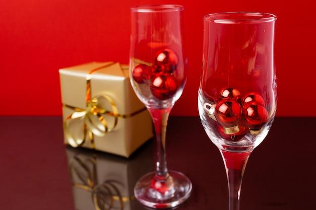 레드에 대 한 내부 작은 크리스마스 볼 두 샴페인 잔