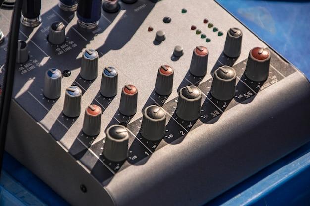 음악 제작에 사용되는 2채널 오디오 믹서
