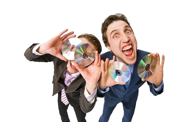 Два веселых бизнесмена, предлагающих продавать dvd-диски