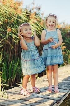 夏の公園で2人の陽気な白人の女の子。