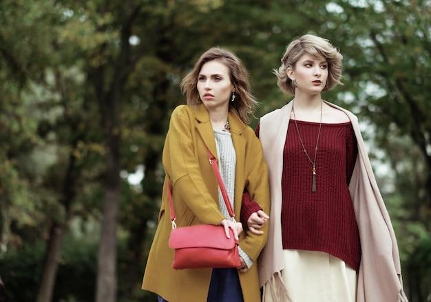 秋の公園で2人の陽気な女の子