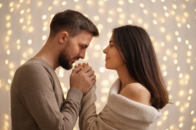 두 쾌활한 사랑스러운 달콤한 부드러운 아름다운 사랑스러운 귀여운 로맨틱 결혼 배우자 남편과 아내