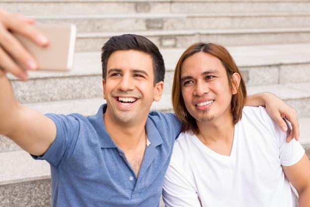야외 계단에 selfie를 복용 두 쾌활 한 남자