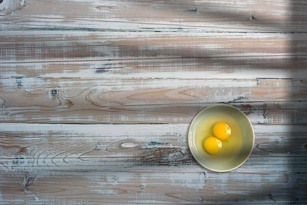 Два куриных яйца в креативной концептуальной плоской композиции с видом сверху и изолированной копией пространства