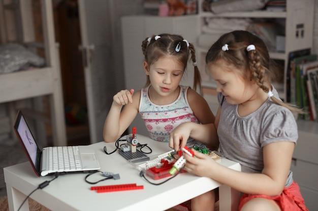デザイナーが自宅にいる2人の子供女の子、ロボット工学