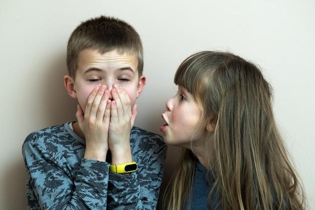 2人の子供男の子と女の子が一緒に楽しんで浮気します。幸せな子供時代のコンセプトです。